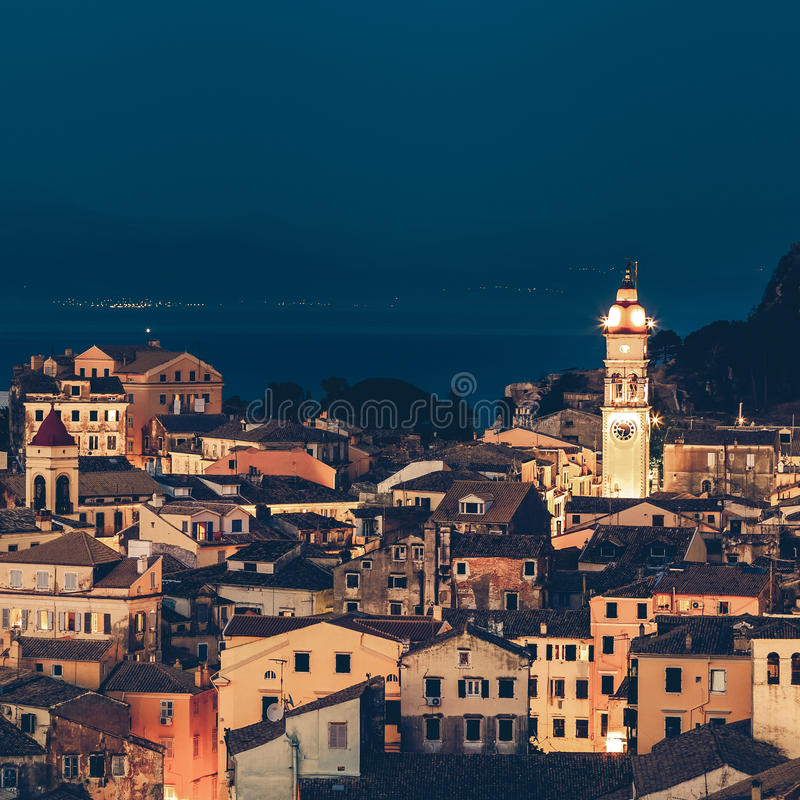 Vista panorâmica dos citylights da cidade de Corfu na noite. fotos de stock royalty free