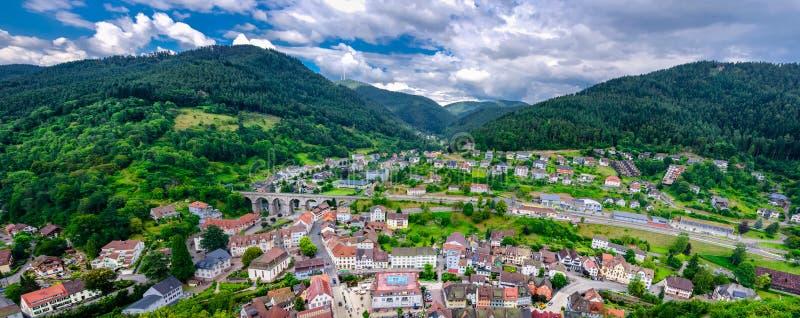 Vista panorâmica em Hornberg em montanhas da Floresta Negra, terra de Baden Wurttemberg, Alemanha imagens de stock
