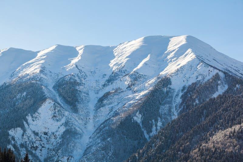 Vista panorâmica em montanhas do inverno da neve Montanhas de Cáucaso Sva imagens de stock