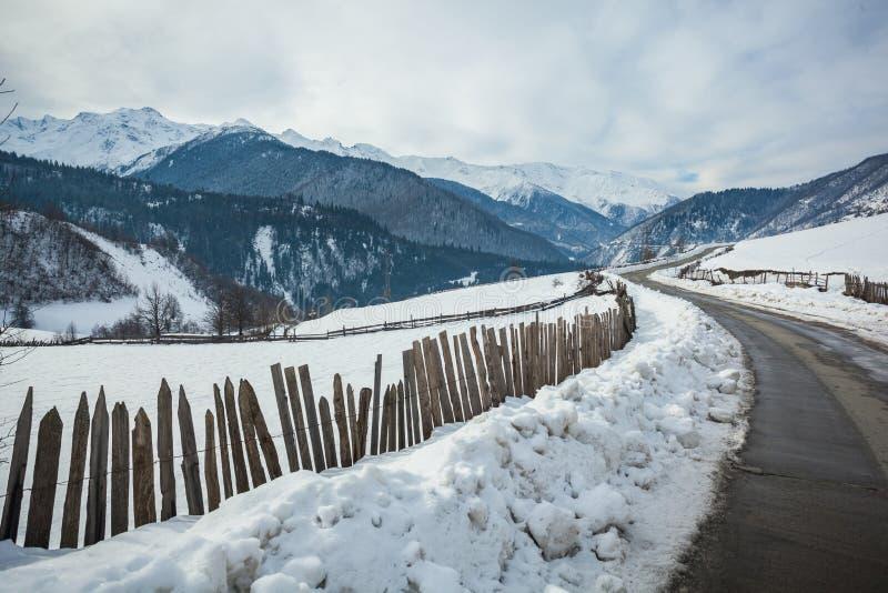 Vista panorâmica em montanhas do inverno da neve Montanhas de Cáucaso Sva fotos de stock royalty free