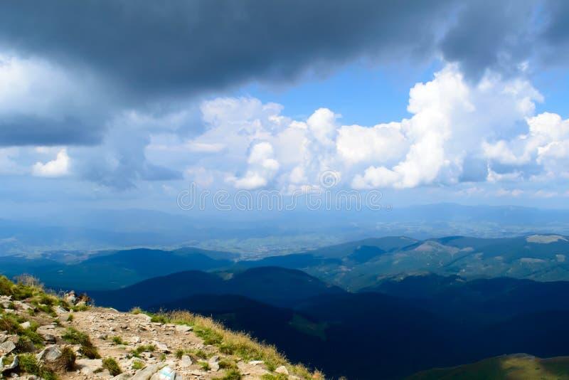 Vista panorâmica em nuvens de Hoverla, montanhas Carpathian do temporal, Ucrânia foto de stock royalty free