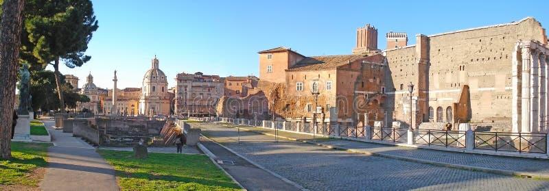 Vista panorâmica em ruínas de Roma antiga foto de stock