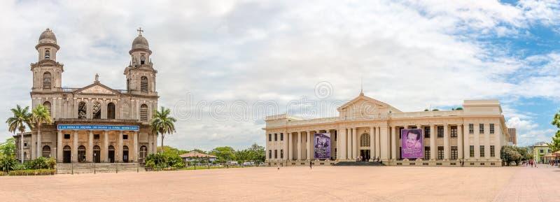 Vista panor?mica em Santiago Cathedral e no nacional idosos do pal?cio da cultura em Managua - Nicar?gua foto de stock