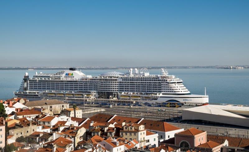 Vista panorâmica em telhados vermelhos no centro de Lisboa e no navio grande do forro do cruzeiro em Tagus River portugal imagem de stock royalty free
