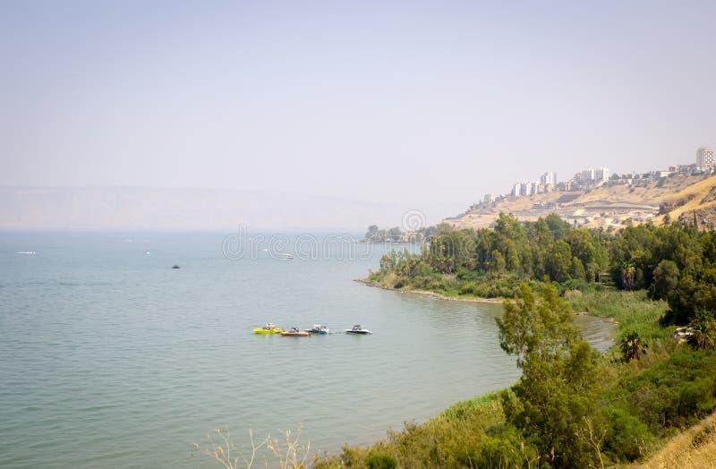 Vista panorâmica em Tiberias e em mar de Galilee - lago Kinneret em Israel imagens de stock royalty free