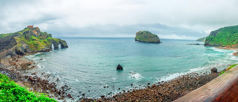 Vista panorâmica Gaztelugatxe spain Ilhota bonita da paisagem na costa de Biscaia fotos de stock