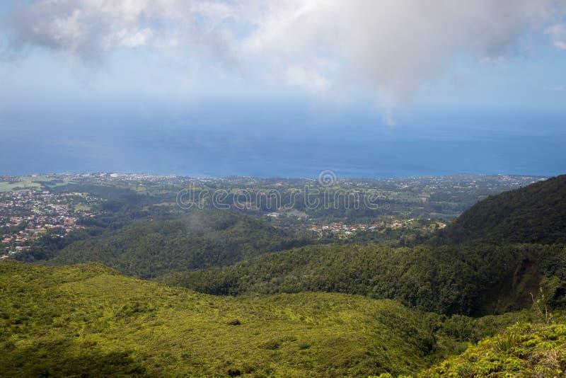 Vista panorâmica idílico da vegetação verde luxúria e do mar das caraíbas na ilha tropical Guadalupe fotos de stock