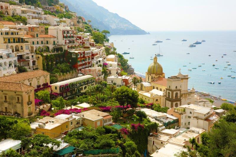 Vista panorâmica impressionante da vila de Positano com o mar Mediterrâneo no fundo, costa de Amalfi, Itália fotos de stock royalty free