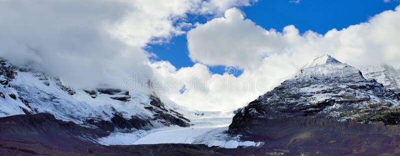 Vista panorâmica larga da geleira ao longo da via pública larga e urbanizada de Icefields entre Banff e jaspe nas Montanhas Rocho foto de stock royalty free
