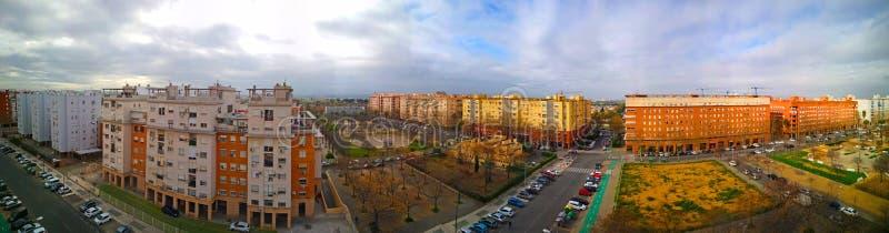 Vista panorâmica larga da rua com construções e as ruas modernas com carros imagens de stock royalty free