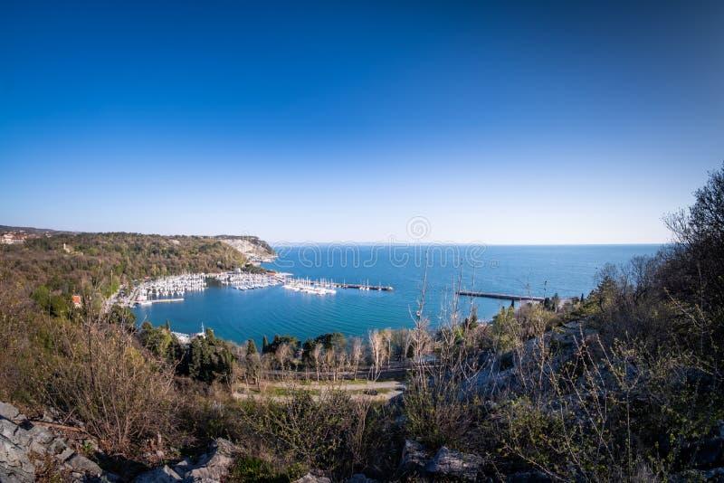 Vista panorâmica a latir de Sistiana com porto e praia fotos de stock royalty free