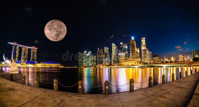 Vista panorâmica maravilhosa da cidade de Singapura na noite com lua imagens de stock royalty free