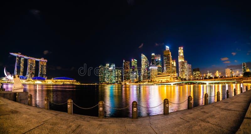 Vista panorâmica maravilhosa da cidade de Singapura na noite, exposição longa foto de stock