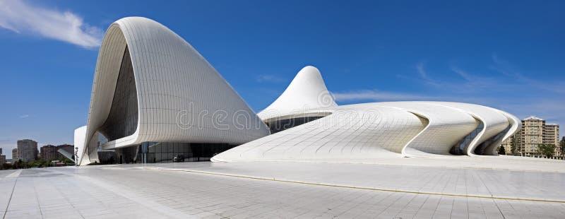 A vista panorâmica muito grande de Haydar Aliyev Centre projetou pela AR fotografia de stock royalty free