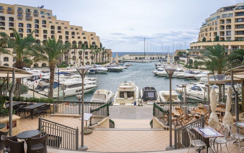 Vista panorâmica na baía de Portomaso com os grandes construções, iate e hotéis imagens de stock royalty free