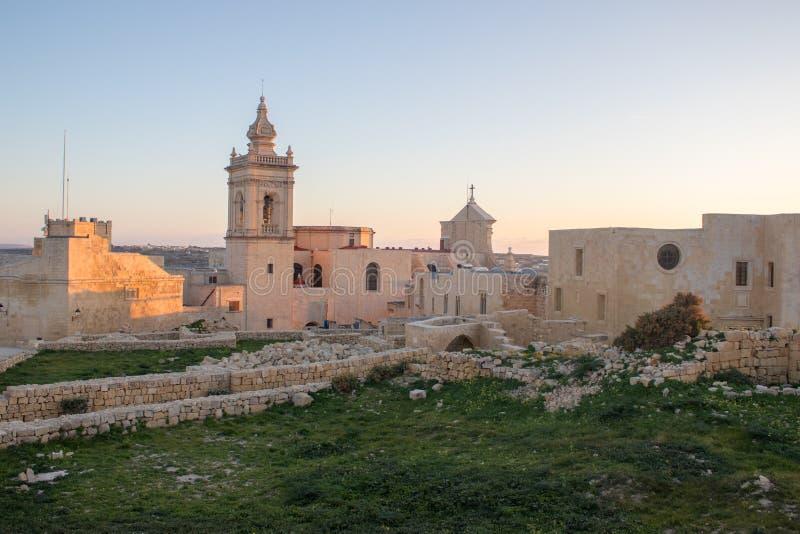 A vista panorâmica na capela de St Joseph idoso, histórico dentro da citadela de Victoria cercou pelas ruínas antigas, paredes co fotografia de stock royalty free