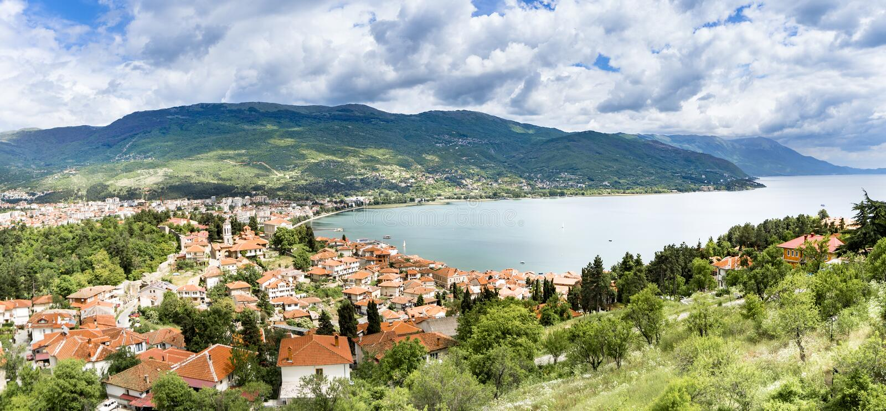 Vista panorâmica na cidade nova da cidade de Ohrid em Macedônia foto de stock royalty free