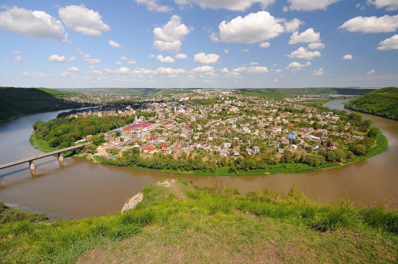 Vista panorâmica na cidade pequena e no rio imagem de stock