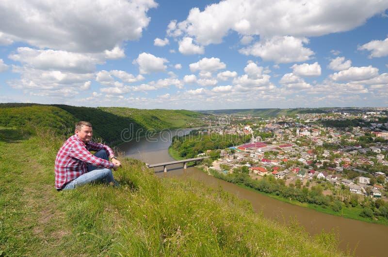 Vista panorâmica na cidade pequena e no rio imagem de stock royalty free