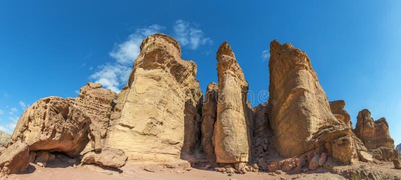 Vista panorâmica na formação de pedra original - colunas de Solomon King no parque geological de Timna fotografia de stock
