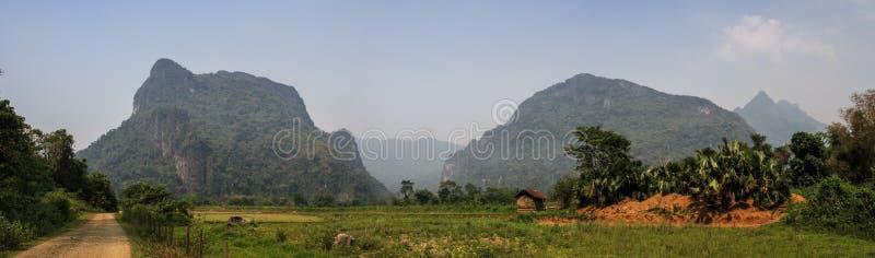 Vista panorâmica na natureza surpreendente e formação karstic em torno do vieng do vang, província de Vientiane, laos imagem de stock royalty free