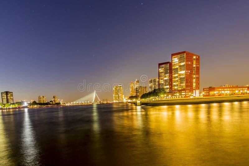 Vista panorâmica na noite da ponte do Erasmus imagem de stock royalty free