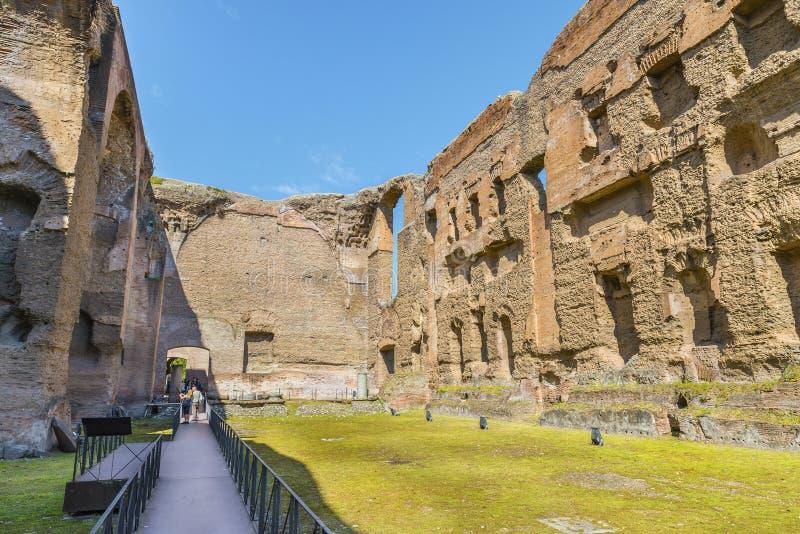Vista panorâmica na piscina idosa nas ruínas cênicos de Roman Baths antigo de Caracalla (Thermae Antoninianae fotos de stock