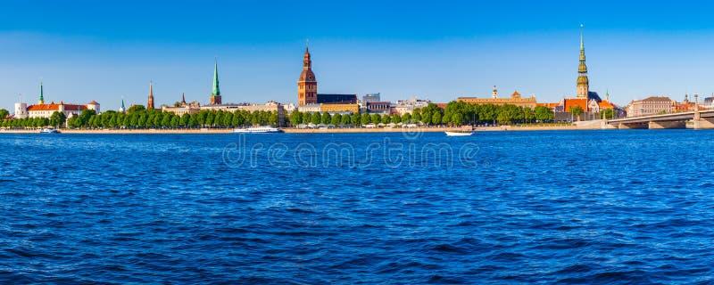 Vista panorâmica na terraplenagem do rio do Daugava em Riga imagem de stock