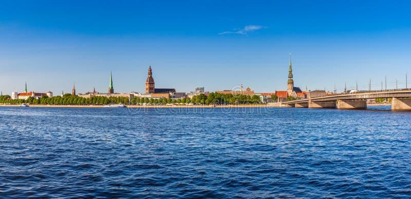 Vista panorâmica na terraplenagem do rio do Daugava, Riga, Letónia fotos de stock royalty free