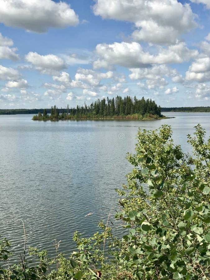 Vista panorâmica no lago Astotin de parque nacional da ilha dos alces em Alberta imagens de stock