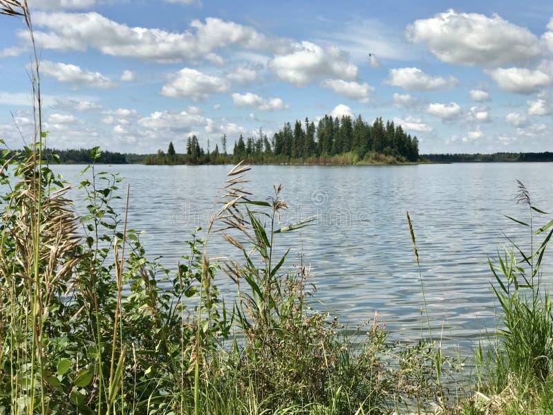 Vista panorâmica no lago Astotin de parque nacional da ilha dos alces em Alberta fotografia de stock