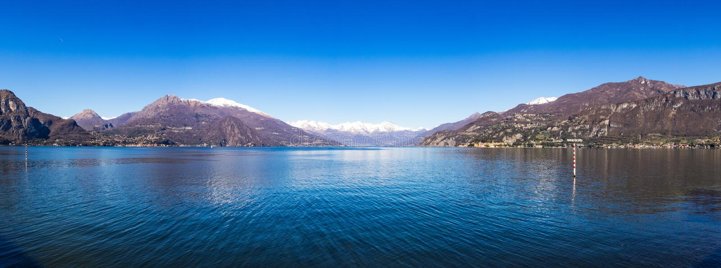 Vista panorâmica no lago Como como visto do cais de Bellagio imagem de stock