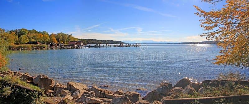 Vista panorâmica no lago do starnberg no outono imagem de stock royalty free