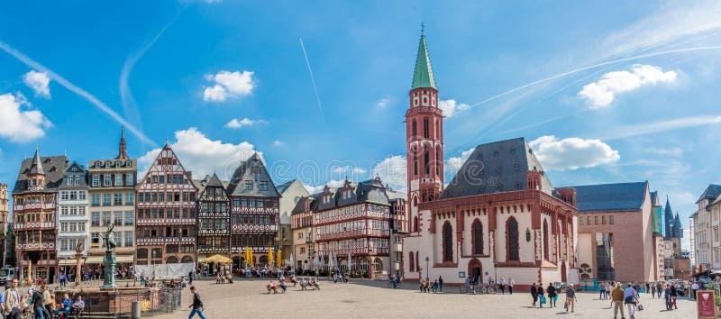 Vista panorâmica no lugar de Romerberg com a igreja de Nikolai em Francoforte - am - cano principal imagens de stock