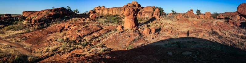 Vista panorâmica nos mármores do diabo no pôr do sol, Território do Norte de Austrália fotografia de stock