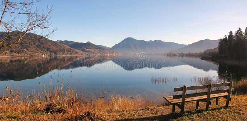 Vista panorâmica outonal ao tegernsee do lago fotos de stock