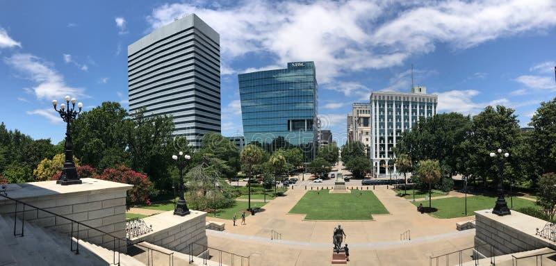 Vista panorâmica que olha para fora para Gervais Street da parte superior de Carolina State House Steps sul imagens de stock royalty free