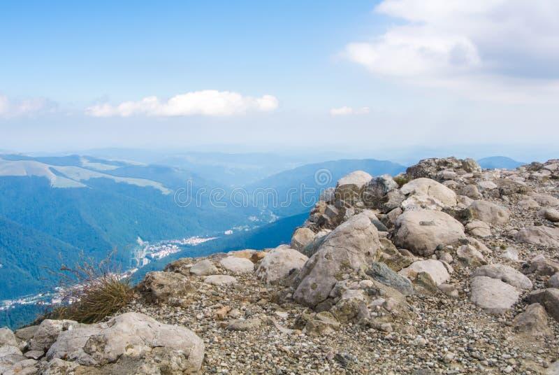 Vista panorâmica sobre as montanhas de Carpatian e a cidade de Sinaia, Buc fotos de stock