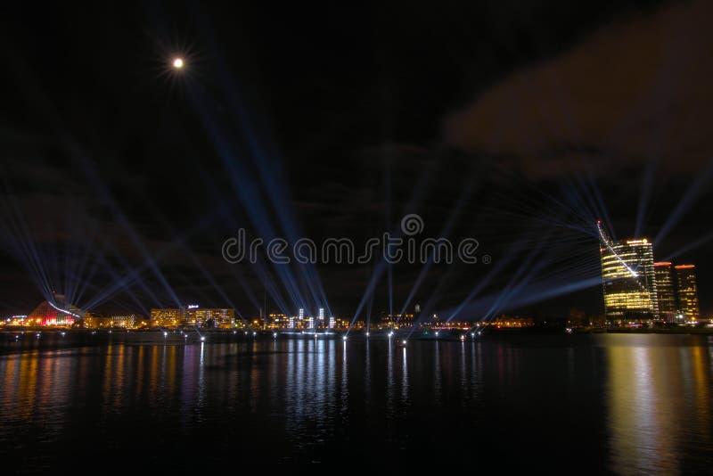 Vista panorâmica sobre o Daugava do rio à exposição clara multi-colorida da mostra foto de stock