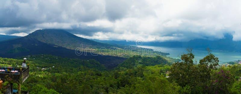 Vista panorâmica sobre o lago Batur e o vulcão perto da vila de Kintamani, Bali fotografia de stock