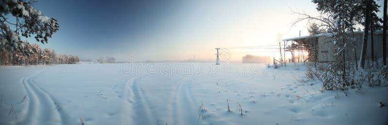 Vista panorâmica sobre o lago Menstraesket com o ropeway em Vaesterbotten, Suécia imagens de stock royalty free