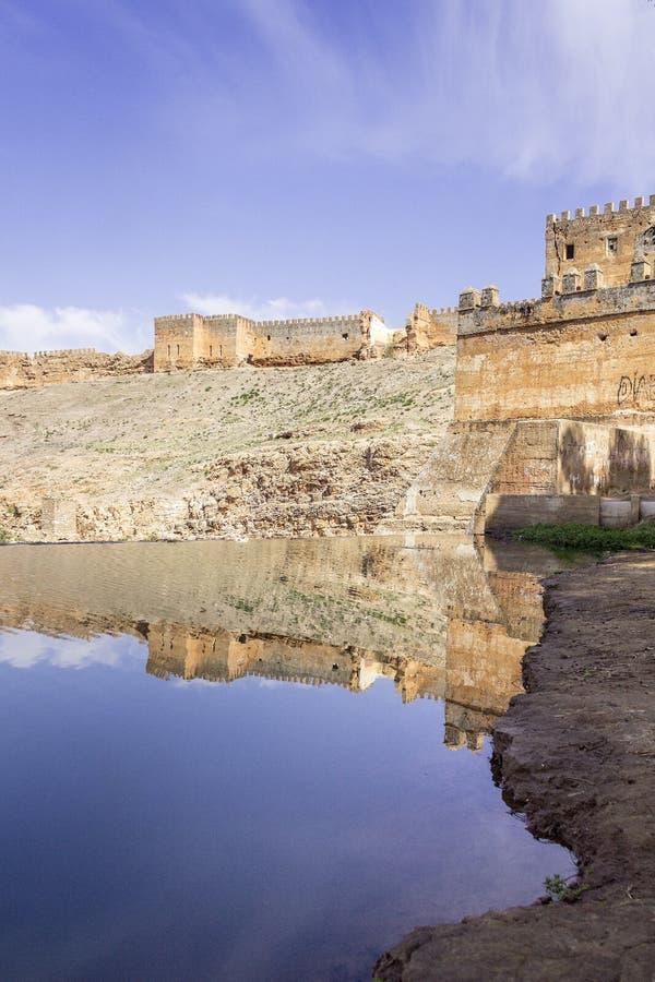 Vista panorâmica sobre o rio de Oum Errabia e a cidade de Kasba Tadla imagens de stock