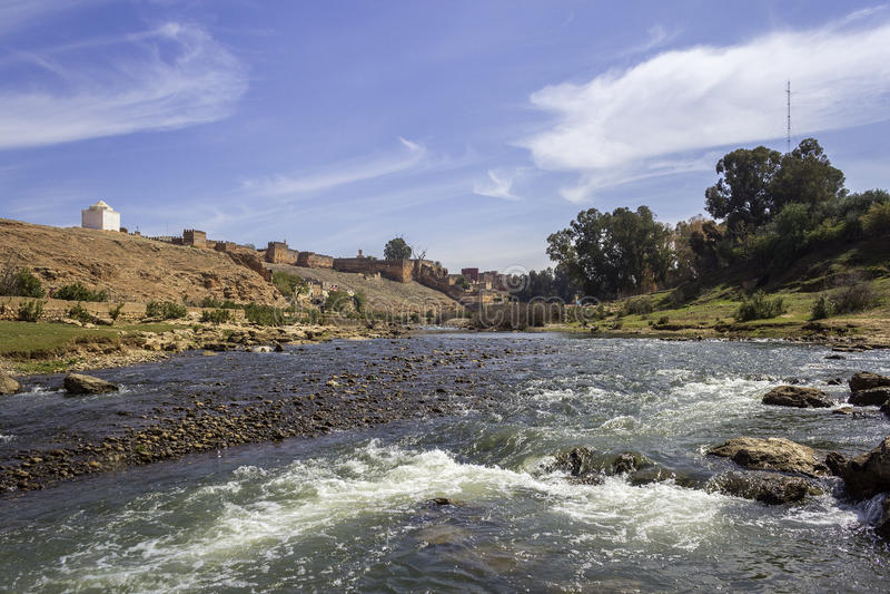 Vista panorâmica sobre o rio de Oum Errabia e a fortaleza de Kasba Tadla foto de stock