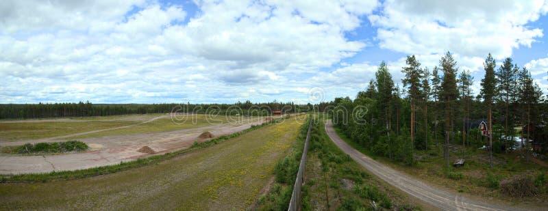 Vista panorâmica sobre a propriedade anterior da estrada de ferro em Malungsfors na Suécia fotografia de stock royalty free