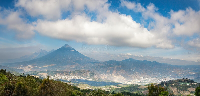 Vista panorâmico da cordilheira vulcânica perto de Antígua na Guatemala foto de stock royalty free