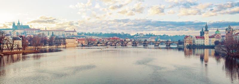 Vista panorâmico de Praga no outono Rio Vltava de Praga, ponte de Charles, torre e castelo Praga, República Checa fotografia de stock royalty free