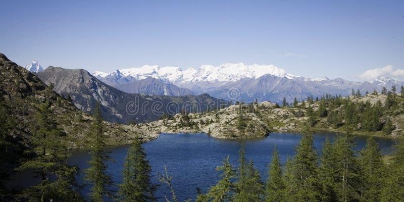 Vista panorâmico de um lago nos alpes fotografia de stock royalty free