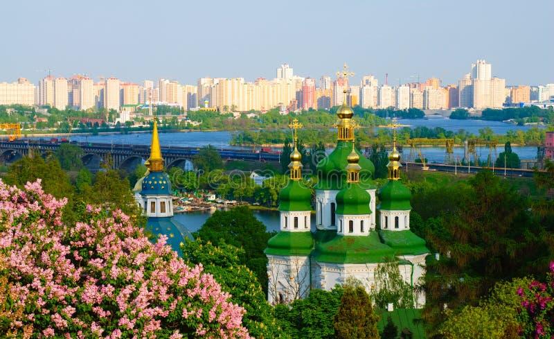 Vista panorâmico de um monastério em Kiev foto de stock royalty free