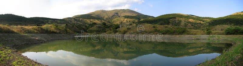 Vista panorâmico do lago da montanha fotografia de stock