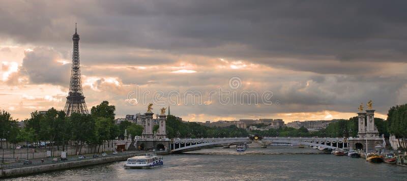 Vista panorâmico no rio e na torre Eiffel de Seine. foto de stock